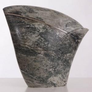 Beeld van grijs groen gemêleerd marmer, onderkant smal naar boven uitlopend, licht bolle vorm met een goudkleurige lijn van brons