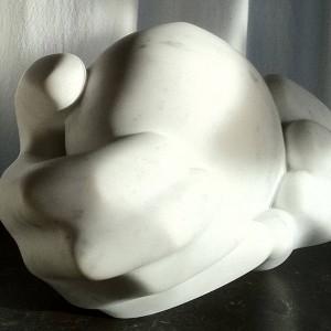 Beeld van wit marmer met enkele grijze aders, eivorm die wordt vastgehouden voor twee geabstraheerde handen