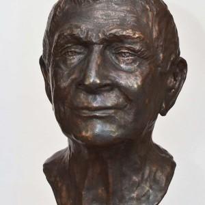 Glimlachend portret van een man in brons