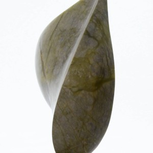 Beeld van onyx, olijfgroen met aders iets donkerder en licht doorschijnend, abstract, dubbel druppelvormige kant van de vorm