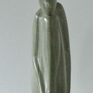 Beeld van groenig marmer van zittende figuur geabstraheerd