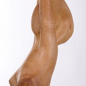 Detail van lang houten beeld, borst hoofd en armen van uitrekkende jonge vrouw