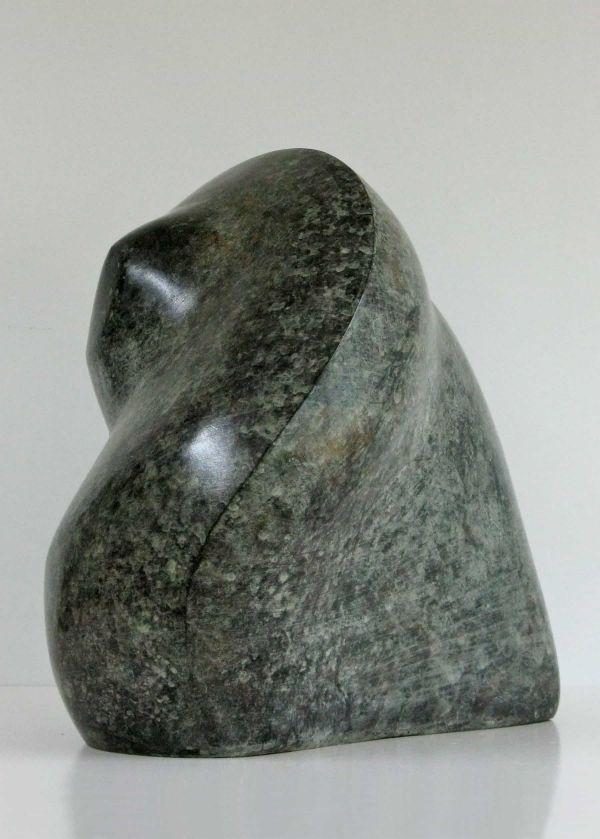 Beeld van brons, abstract, massief ogende vorm groen gevlekt gepatineerd.