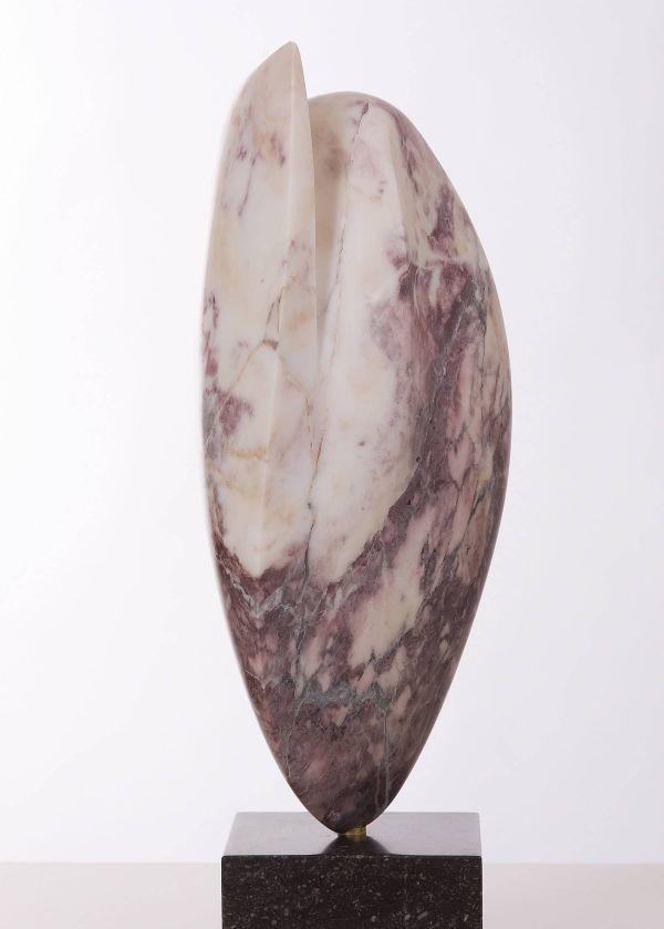 Beeld van marmer bloemknop vorm staand, onder meer paarsrood en naar boven wit