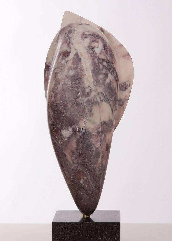 Beeld van marmer bloemknop vorm staand, overwegend paarsrood en naar boven meer wit