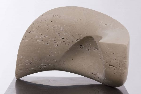 Beeld van zandkleurig marmer met natuurlijke gaatjes, vorm abstract van ronde golfachtige vormen in evenwicht op 2 punten