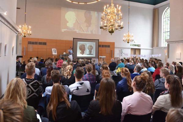 Lezing door Myrte van Dijk voor een grote groep mensen in Grote Kerk Emmen