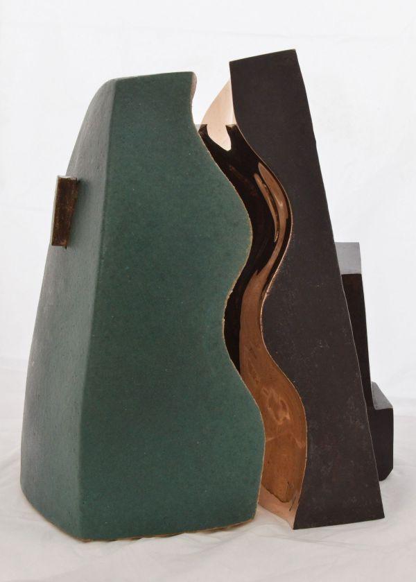 Architectuurprijs bestaande uit 2 beelden die samen 1 vormen, links groen keramiek, rechts brons