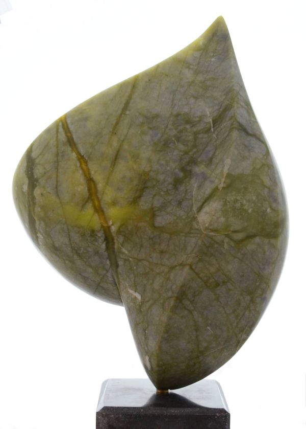 Beeld van onyx, olijfgroen met aders iets donkerder en licht doorschijnend, abstract, druppelvormige brede bolle kant van de vorm