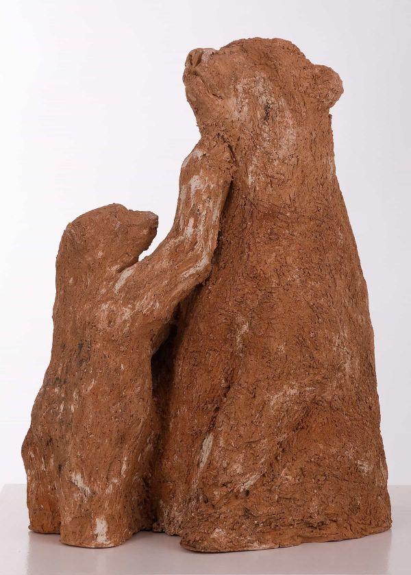 Beeld van roodbruine grove gebakken klei, moederbeer met jong
