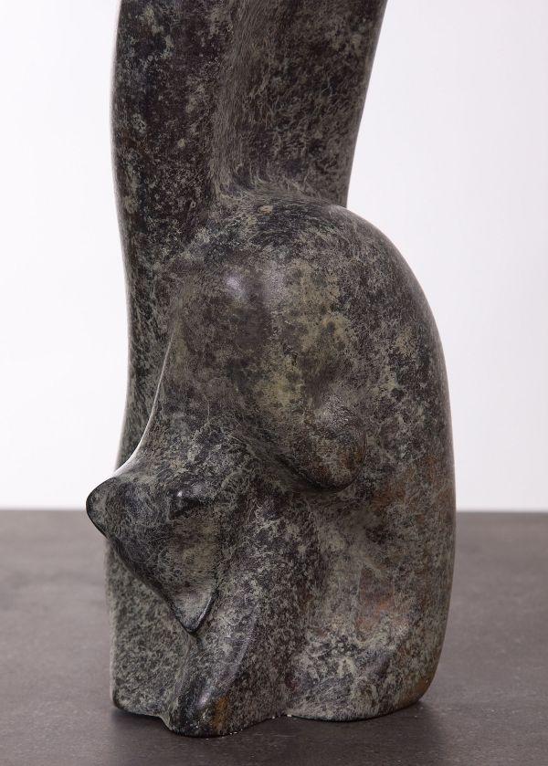 Detail van lang bronzen beeld, kopjes gevend jong poesje
