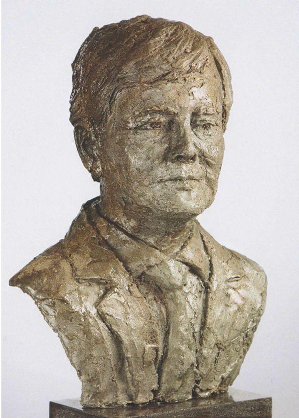 Portret van Koning Willem Alexander statig met stropdas en jasje in zacht goudkleurig kunsthars