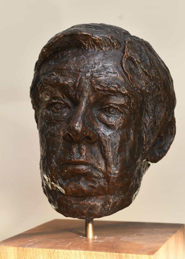 Portret van een stevige oudere man in brons
