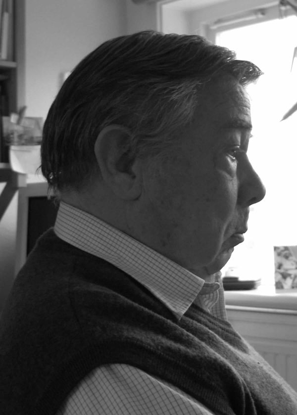 Zwart wit foto van portret van stevige oudere man