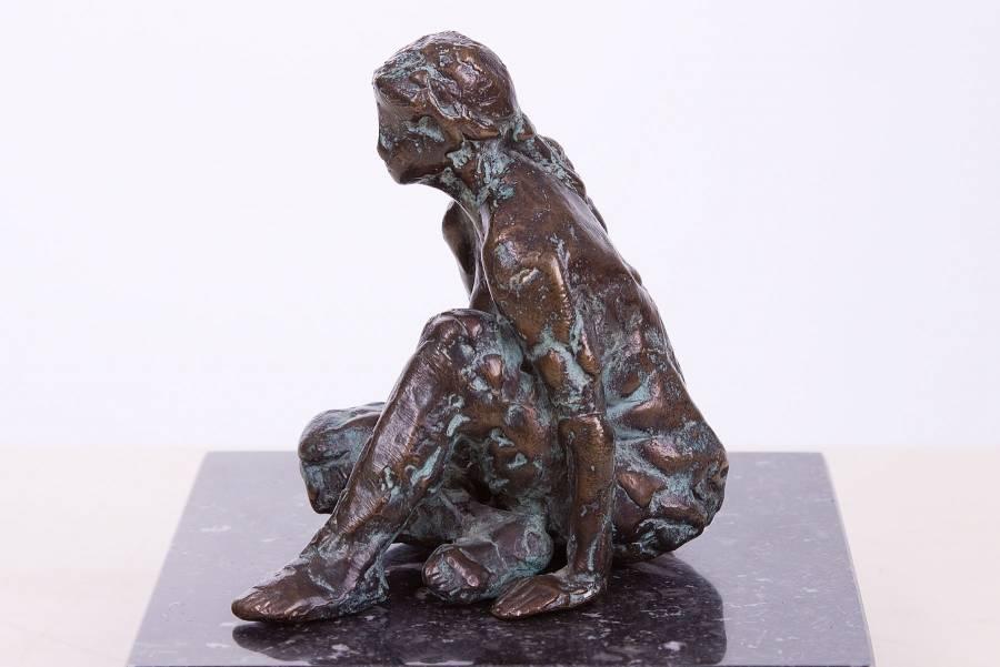 Bronzen beeldje van een zittend vrouwfiguurtje